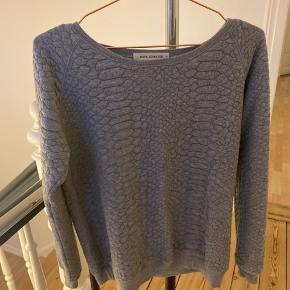 Sælger min lækre sweater fra Sofie Schnoor, da jeg simpelthen ikke får den brugt.   Nypris var 600kr - din pris er 200kr. Ellers er du velkommen til at byde 😄 Afhentes i Haderslev eller sendes for købers regning.