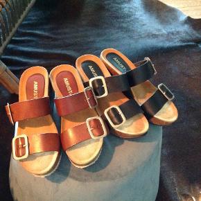 De super populære og behagelige Amust sandaler. Har begge farver - cognac og sort. De sorte har været på 1 gang. Nye og med tilhørende æske. De vejer lidt til, så tag højde for porto ved forsendelse. Sælges både samlet og hver for sig. Ny pris 600 kr. Fair bud ønskes.