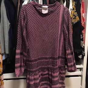 Smuk kjole fra Cecilie Copenhagen sælges.    Str: One Size og passer en  XS-M.   Nypris var 189€ svarende til 1425kr ca.   Skal enten afhentes i Aalborg eller sendes med DAO.
