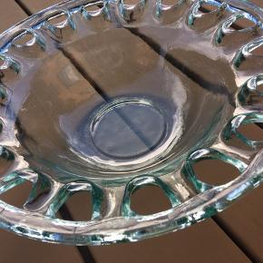 Lækker frugtskål, dekorativt med lidt turkis farvet glas. Diameter 32cm, ret tung