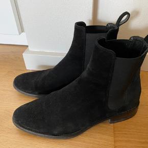 Klassisk Chelsea boot fra Tiger of Sweden.  Brugt lidt men fremstår i rigtig fin stand. Bliver desværre ikke brugt da jeg har fået dem købt lidt for små.  Nyprisen er kr. 2.000,-   Kan afhentes tæt på fields :-)