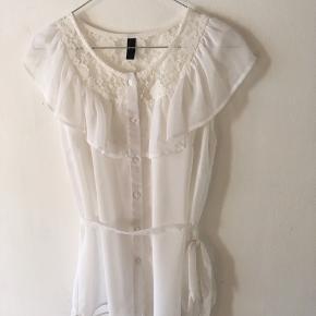 Hvid (see through) top fra Vero Moda - kan også bæres uden båndet i taljen ⭐️ Ubrugt og str. M.  Kan hentes i Aalborg eller sendes.