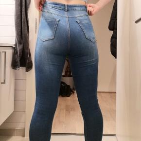 Elastik Jean som sidder godt på stort set alle. Jeg har brugt dem som arbejds bukser.