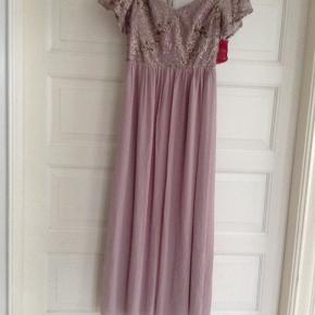 Flot kjole til finere brug. Der står str. 40 i den, men måske passer den bedre en str. 38. Kan desværre ikke passe den selv. Farven er lys rosa.