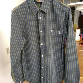 Flot ternet og stribet grøn skjorte fra Carhartt lavet i ren bomuld.