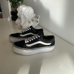 Skal bare lige pudses så de så gode som nye. Vans i sort og hvid  Lave flade sko. Høj platform    #30dayssellout #trendsalesfund