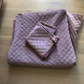 """A lovely bedspread + pillow cover in velvet pink. Measures: 282 x 254 cm. It's called """"frida"""" and looks just as New. Is easy to wash.   I have to let go off it as I'm changing colors in my room. Buying price 940,-"""