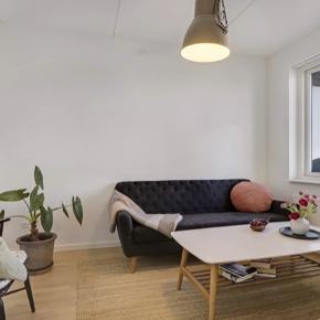 Flot hyggelig retro sofa fra SofaKompagniet. Stofbetrækket er lavet af uld og er lidt slidt. Skriv hvis du vil have flere billeder af stoffet.