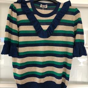 Helt ny bluse, aldrig brugt og stadig med prismærke.  Bemærk at det står xs på prismærket, hvilket er en fejl. Det er en str L  Nypris var 1399,-kr