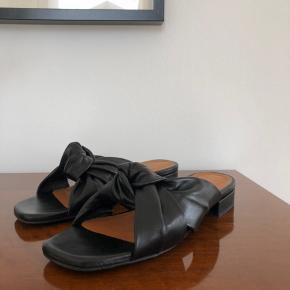 Sandaler fra Billi Bi. Str. 38. De er super bløde i lederet, og er derfor rare at have på. De sælges da de er købt for små. Kun brugt 1 gang, så fremstår derfor som nye.  Skriv gerne for flere billeder.