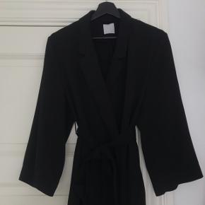 Sælger denne fine lange kimono med bindebånd  Mener nypris var omkring 450 Sælges for 200