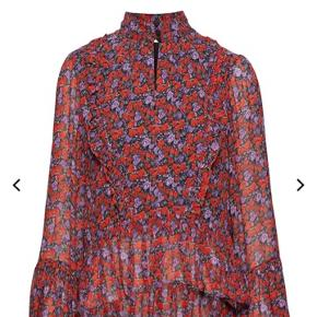 Smuk Gestuz skjorte, kun brugt få gange. Skjorten har fint bredt ærme og smukke flæser. Kan passe flere str. Kan sendes eller afstemtes i Odense.