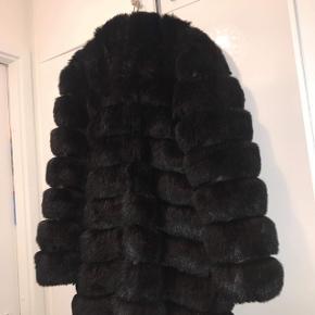 Sælger denne splinternye jakke fra tdy design, jakken sælges da den ikke bliver brugt. Den oprindelige pris er 3000kr, men sælger den til 1200kr. jakken er en størrelse xs, men da den er meget stor i det, kan den sagtens passe en m.  Np:3000kr Mp:1200kr