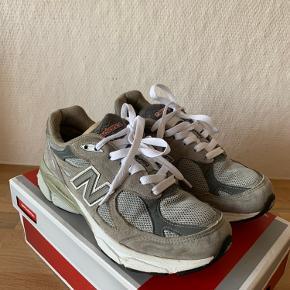 Sælger disse flotte New Balance 990v3 i den populære grå colorway.   Skoen er brugt, og har derfor brugstegn.  Orignal kasse medfølger ikke. Det indvendige mål er 24cm.