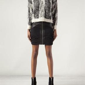 Varetype: nederdel Størrelse: 40 FR (36-38) Farve: Sort  Smuk nederdel i silke og skind. Lynlås i midten og draperinger i siden, der gør at den sidder rigtig pænt på.        Bytter ikke :)