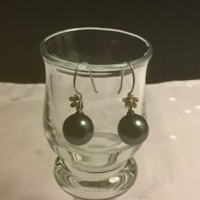 Øreringe i sølv med ægte perle i peacock farve Chancerer smukt  Perlerne måler 10 mm Højde i alt 3 cm  Købt i Singapore