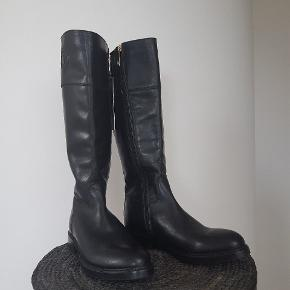 Without box.never used,only try to walk inside. 37. 23,5cm.leather. Try and pick up at Køge.