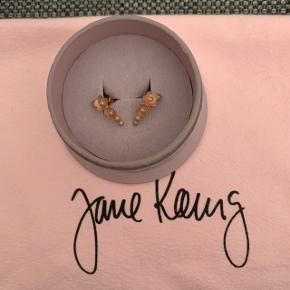 Jane Kønig øreringe i rosaforgyldt. Udgået model, og kan derfor ikke længere købes online. Prisen er eksklusiv fragt!