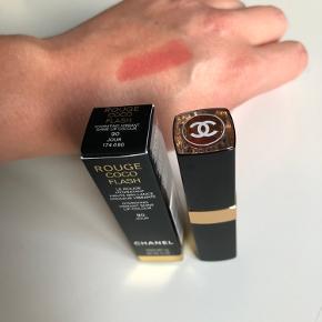 Chanel Rouge Coco Flash Hydrating Vibrant Shine Lip Colour i farven 90 JOUR. Den er købt i Marts måned hos Chanel i Illum. Den er brugt få gange og sælges da den bare ligger hjemme i skuffen.