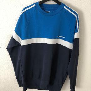 Adidas sweater i størrelse medium sælges. Brugt men i god stand/ingen pletter eller lign.