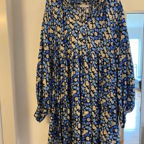 Smukkeste kjole med blomster fra Stine Goya. Modellen hedder Jasmine - forget me not.  100 % silke.   Har selv købt den herinde - men den er desværre en smule for lille. Passer en M. Brugt og renset én gang.  Den har ikke underkjole - bare til orientering.   Ikke gennemsigtig