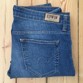 """Varetype: Jeans Størrelse: 27/32"""" Farve: Blå Prisen angivet er inklusiv forsendelse.  Super fede bukser, som jeg ikke kan passe. Derfor er de næsten ikke brugt.   Jeg er ikke 27 normalt, så jeg tænker, de er normale i størrelsen.   Bytter ikke.   Sender med dao."""
