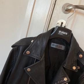 Sælger denne jakke fra meotine. Str L men passer str s-m. Den er brugt men stadig i god stil. Lidt brugsspor. Spørg for mere info. Sælges for 500kr.