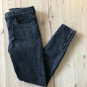 Fede sorte/grå bukser fra ONLY!De sidder super godt og har lynlås ved anklen ☀️