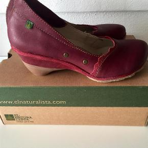 Varetype: El naturalista smukke sko Farve: Rød Oprindelig købspris: 1100 kr.  Bytter ikke  Handler helst via mobile pay Er normale i str