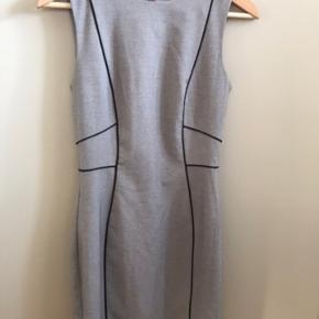 H&M kjole, knælang og uden ærmer.  Aldrig brugt  #trendsalesfund   🌼Bytter ikke🌼 🌸Kan afhentes eller sendes igennem Trendsales på købers regning🌸
