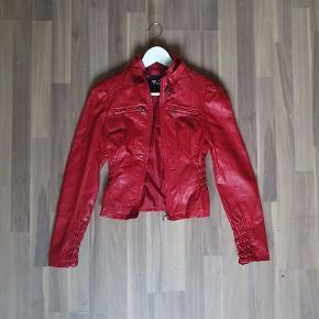 Flot rød læderjakke fra Guess. Købt i New York. Aldrigt brugt. Lille i størrelsen.