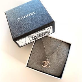 Smukkeste Chanel halskæde med det klassiske cc logo. Er i perfekt stand. Længde ca. 43 cm. Original æske og kvittering haves. Sælges for 4200 kr.