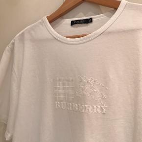 Sælger denne Burberry T-Shirt købt i London nogle år tilbage. Den er brugt en lille smule, men der er ingen store brugstegn. Str Xl den passer ca 175-190  Kom med et bud, alle bud er velkomne.