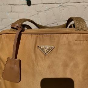 """Lækker guld/brun Prada taske Har lige akkurat plads til en 13"""" MacBook"""