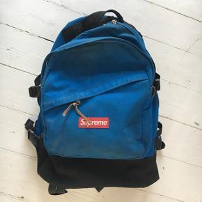 Grundet pengemangel sælger jeg denne taske. Brugt, men stadig i rigtig fin stand. Den er gået op i den syning, men det hverken ses eller gør noget.