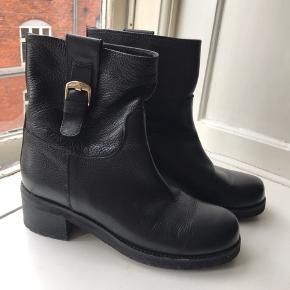 Støvler fra Notabene i sort læder. Jeg har kun brugt dem få gange.