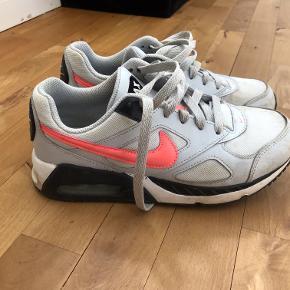 Et par velholdte AIR Max Nike sneakers. Brugt en sæson af en weekend pige. Størrelse: US 5Y, Uk 4.5, EUR 37.5, fodlængde 23,5 cm.