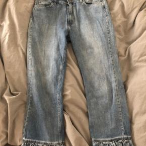 Jeg har desværre aldrig fået brugt de her jeans fra Envii. Der er detaljer ved fødderne.