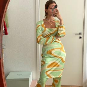 Fineste kjole fra Hosbjergs SS21 kollektion. Brugt enkelte gange og fremstår som ny. 95% polyester, 5% elestan.  Mindstepris 300 kr.   Kan afhentes på Frederiksberg - ellers betaler køber porto :)