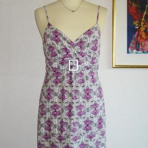 Virkelig sød sommerkjole med et lille lilla mønster.  Materialet er 92 % viscose (et naturprodukt) + 8 % elastan. Kun brugt en enkelt gang, og kjolen er derfor som NY.  Brystvidde: 46 cm x 2 + elastan Længde: 85 cm.  Ingen byt, og prisen er fast