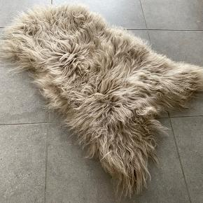 Islandsk lammeskind i grå/beige nuancer.  Str. ca. 65x115 cm   Brugt over en stol, men i fin stand.   Porto kommer oveni. Ingen bytte.