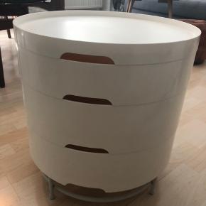Fint lille sofabord/sengebord fra IKEA. Hvert lag i bordet har opbevaringsplads indeni. Jeg har selv både brugt det som sofabord og sengebord.