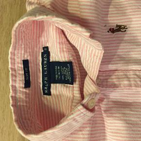 Varetype: skjorte stribet lyserød hvid oxford slimfit Størrelse: 0 Farve: Lyserød Oprindelig købspris: 800 kr.  Sælger denne lækre skjorte. Den er som ny :-)  Den sælges for 200 + porto :-)