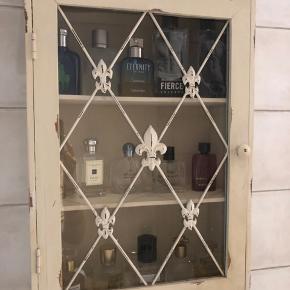 Smukt lille romantisk skab i rustik stil, med glas låge. Måler 61 i højden, 19 i dybden og 44 i bredden.  Har været brugt som toiletskab. Sælges uden indhold :-) Afhentes i Hørsholm.