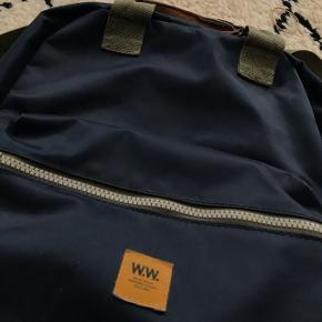Fed rygsæk fra Wood Wood. Remmen til ryggen kan også tages af og på, hvis man nogle gange ikke vil have en rygsæk.  Sælges inden 1. Marts, pga flytning :)