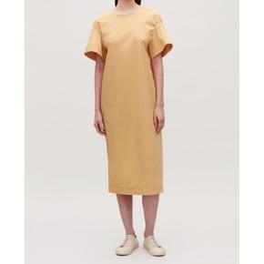 Flotteste sommer 🌸 kjole fra COS. Brugt en gang. Vasket en gang i hånd. Sælges da den er ikke lige mig og derfor får ikke den brugt☺️