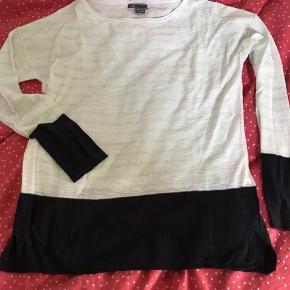 Sød bluse fra Vince i hvid og mintgrønne striber med sort kant forneden og på ærmer. Str. M og så god som ny.