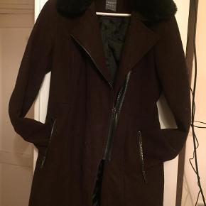 har været rigtig glad for denne uldfrakke sidder og godt og er varm falsk pels krave gode lommer  Sender med DAO modtager betaler porto