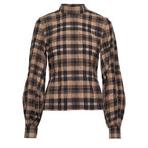 Ganni Skjorte, Aldrig brugt. Næstved - Ganni Skjorte, Næstved. Aldrig brugt, Er måske blevet prøvet på men aldrig brugt. Ren men ikke vasket. Ingen mærker eller skader