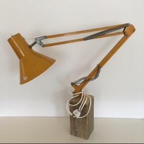 Skøn gammel arkitektlampe på træfod  Lampe der kan sendes  Gul retro